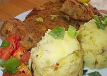 Řízky s oregánem, rajčátky a pórkovým šťouchaným bramborem