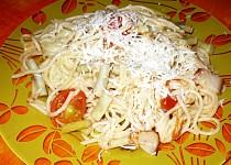 Špagety se zelenými fazolkami, slaninou a rajčaty