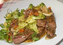 Šťavnatě  upravené , vepřové maso s houbami a zeleninou