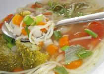 Vývar s kari chutí ,  čerstvou zeleninou a bylinkami