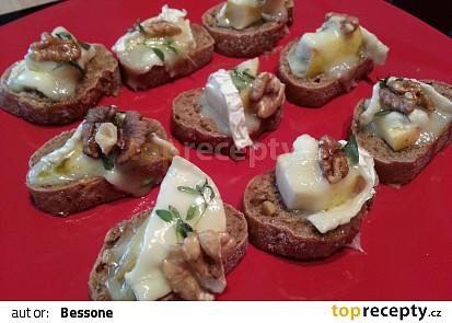 Zapékaný kozí sýr s jablkem a vlašskými ořechy
