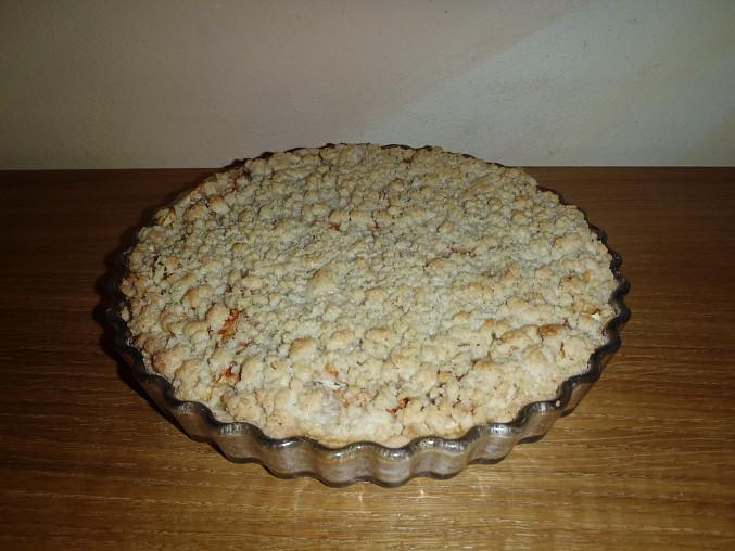 Drobenkový, smetanou polévaný koláč s tvarohem a jablíčky