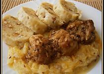 Pikantní plecko s bramborovým knedlíkem a cuketovým zelím