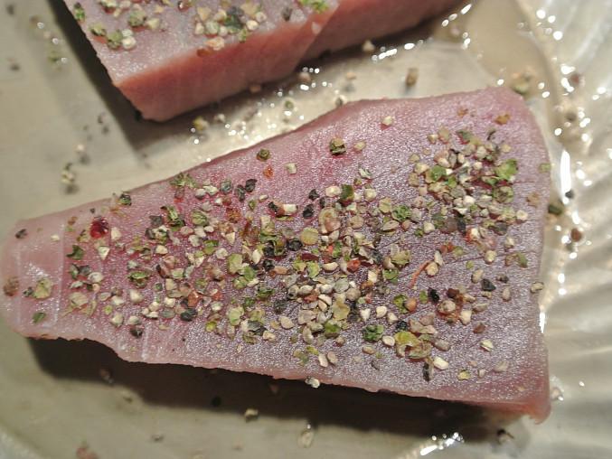 tuňáka obalíme ve směsi pepřů a soli
