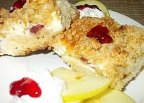 Vláčný koláč s tvarohem, brusinkami a jablky