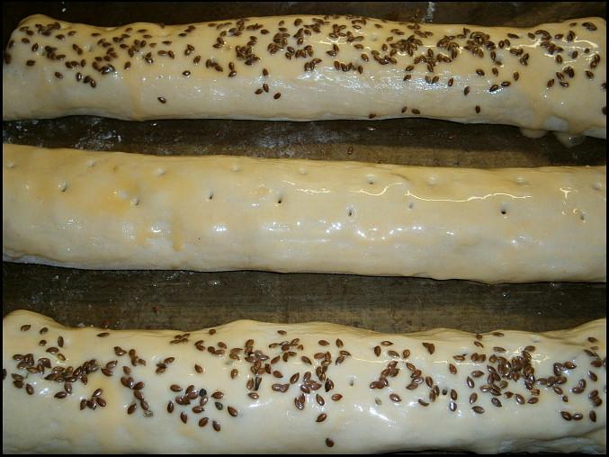 Domácí listový závin se slanou náplní, záviny potřeme,propícháme vidličkou a posypeme lněným semínkem