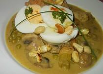 Kari omáčka se  žampiony,  oříšky, vejcem a hráškem