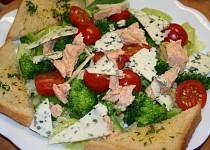 Salát s lososem, brokolicí a plísňovým sýrem