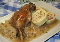 Svatomartinská husa s rolovaným bramborovým knedlíkem a jablečným zelím