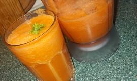 Zdravý koktejl z mrkví, řapíkatého celeru, zázvoru a citronu