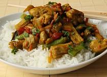 Kuřecí maso na kari s rýží, zeleninou