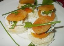 Meruňkové chuťovky ostřejší, plněné nivou   a fetou