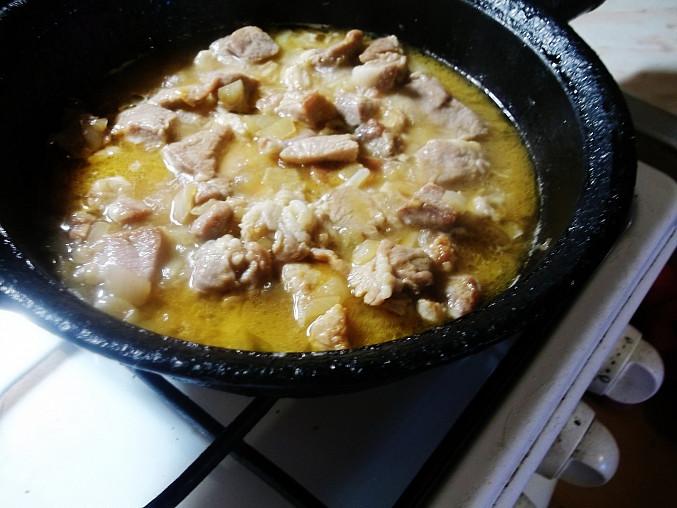 Vepřové kousky na hrášku s kuskusem-rychlý oběd, maso podlijeme vývarem a dusíme...