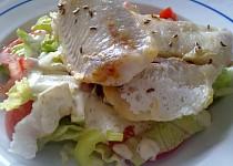 Lehký zeleninový salát s rybou na másle