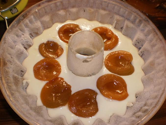Skládaná bábovka s tvarohem a meruňkami, kladení meruněk na tvaroh