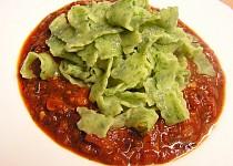 Špenátové domácí těstoviny s rajčatovou omáčkou