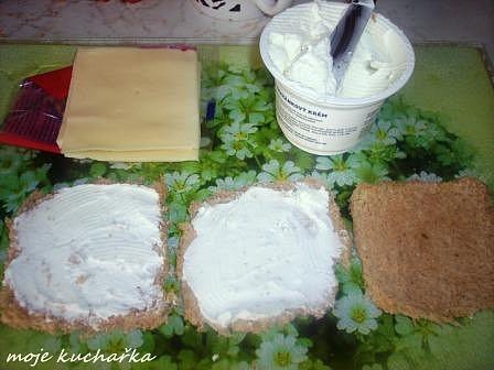 chleba mažeme pomazánkovým máslem