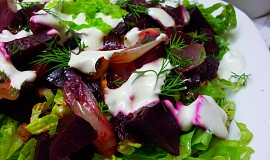 Salat z pecene cervene repy a cibule