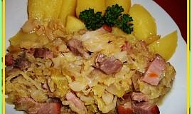 Zadělávaná kapusta s uzeným a vepřovým masem na slanině