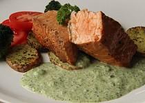 Zauzený losos s brokolicovou omáčkou