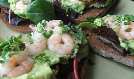 Chléb obložený krevetami a guacamole