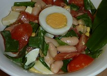 Fazolovo vaječný salát s medvědem a rajčaty