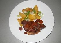 Kotleta na červeném víně s mrkvičkou a šalotkou, paprikovými brambory a jarni cibulkou