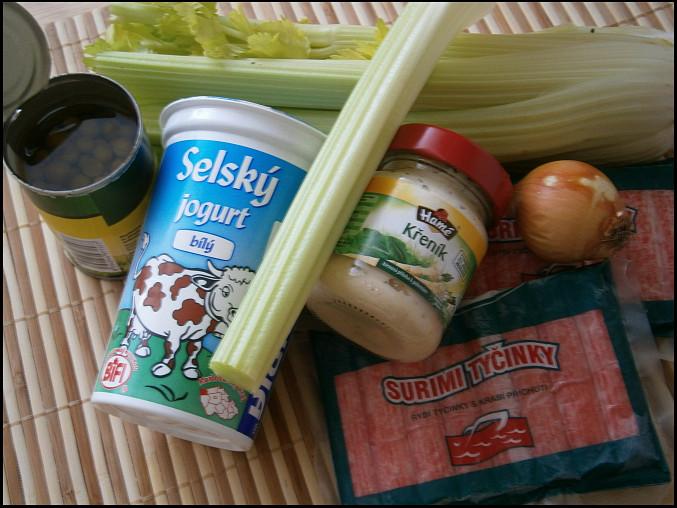 Krabí pochoutkový salát, část použitých surovin