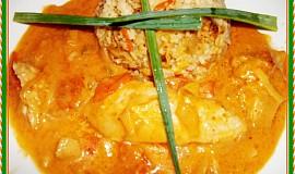 Kuřecí prsa s kořeněným přelivem, rajčátky a zakysankou