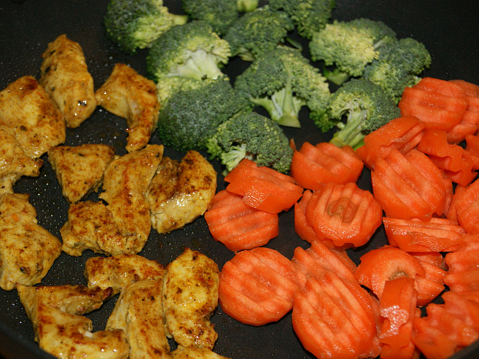 orestované maso a přidaná zelenina na pánvi