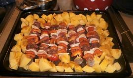 Špízy a brambory z jednoho plechu