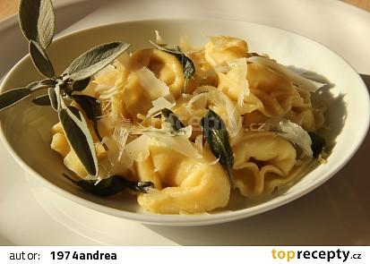 Tortellini se šalvějovým máslem (tortellini nodo d´ amore)