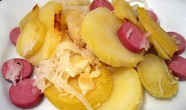 Zapékané brambory se zelím a uzeným masem