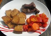 Grilované kančí maso na bylinkách, pečená zelenina a mini topinky s česnekem