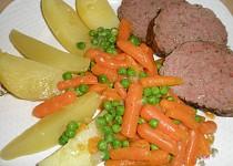 Hovězí sekaná s kořenovou zeleninou a baby karotkou.