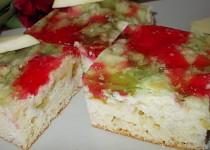 Jarní moučník s rebarborou, jahodami a barevnou želatinou