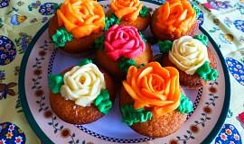 Mufiny plněné nutelou a zdobené krémovými růžemi
