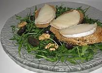 Salát s vůní ořechů, hroznového vína a kozího hermelínu