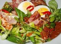 Salát se slaninou, polníčkem, sušenými rajčaty a vejci