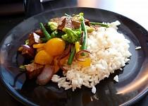 Uzeny tempeh se zeleninu a ryzi