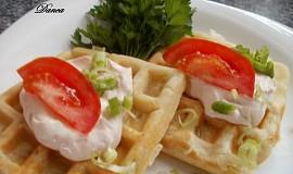 """Vafle na slano s """"řapíkem"""" a rajčatovým tvarohem"""