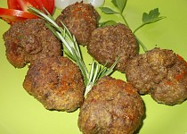 Drůbeží pečené  kouličky  s  kuřecími játry a zeleninou