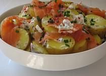 Lehký salátek z raných brambůrek s uzeným lososem