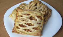Mřížkové koláčky z listového těsta s jablky a tvarohem