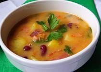 Pikantní bramborová polévka s fazolemi a medvědím česnekem