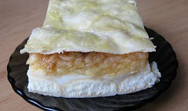 Pudinkovo-jablečný koláč s piškoty z listového těsta