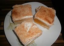Pudinkovy koláč se zakysanou smetanou