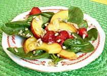 Špenátový salát s jahodami a nektarinkou
