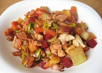 Teplý zeleninový salát s kuřecím masem