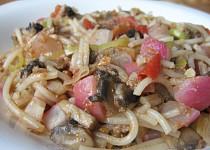 Těstoviny se zeleninou, tuňákem a žampiony